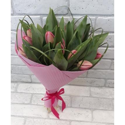 15 тюльпанов в розовом фетре